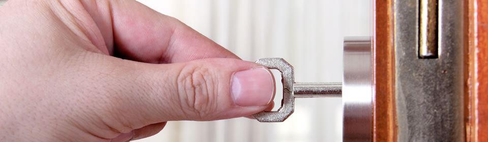 Sleutel in het slot steken